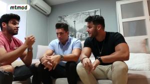 Los tres amigos durante un momento de la conversación