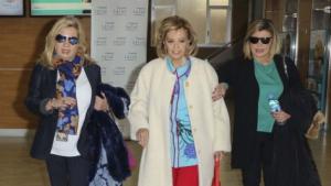 María Teresa Campos saliendo del hospital junto a sus hijas