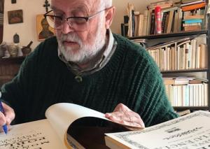 Mossèn Joan Roig signant la seva última publicació