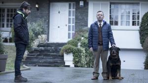 Oriol Paulo con Javier Gutiérrez, en el rodaje de 'Durante la tormenta' (2018)