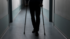 Pedro vive con terribles dolores por culpa de una prótesis defectuosa que le pusieron en 2010