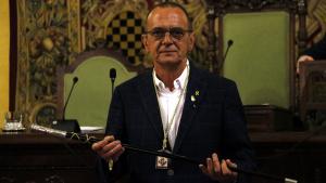 Pla mitjà on es pot veure el nou paer en cap de Lleida, Miquel Pueyo