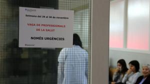 Pla mitjà on es pot veure en primer terme un cartell de la vaga de metges