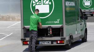 Repartidor amb vehicle propulsat a gas i descàrrega mecanitzada a Barcelona