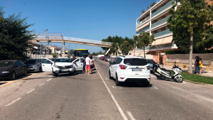 Tres vehicles implicats en un accident a Torredembarra