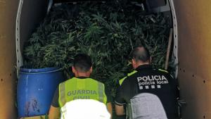 Un agent de la Guàrdia Civil i un altre de la Policia Local d'Ulldecona, després de la troballa.