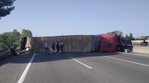 Un camió ha bolcat a la carretera C-58, a l'altura de Sant Quirze del Vallès