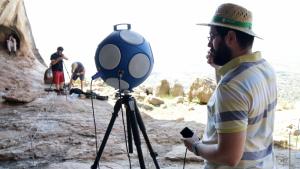 Un dels investigadors al costat de l'esfera amb dotze altaveus que han construït per emetre el so i representar-lo