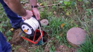 Un tècnic instal·lant un pienzòmetre, un aparell que permet mesurar els nivells dels aqüífers