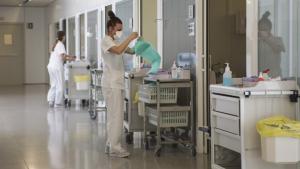 Una infermera es prepara al pasadís de la unitat de cures intensives de l'hospital reusenc