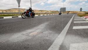 Una moto circula al costat de les restes del motorista mort