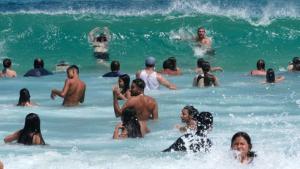 Una platja d'Austràlia plena de gent per combatre la forta calor