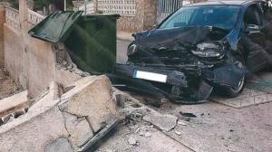Va fer xocar el cotxe contra la paret d'una urbanització, destrossant el vehicle i tallant el trànsit