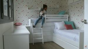 Verdeliss ultimando los últimos detalles decorativos del futuro dormitorio de sus hijas