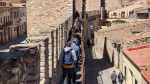 Visitants a la Muralla de Montblanc.