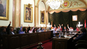 Votació a mà alçada de la moció «per aturar la suspensió de l'autonomia de Catalunya», que s'ha fet avui al ple de l'ajuntament de Valls.