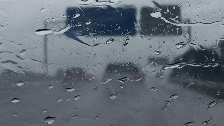 Imatge del moment d'un fort aiguat a una autopista a l'alçada de Gavà
