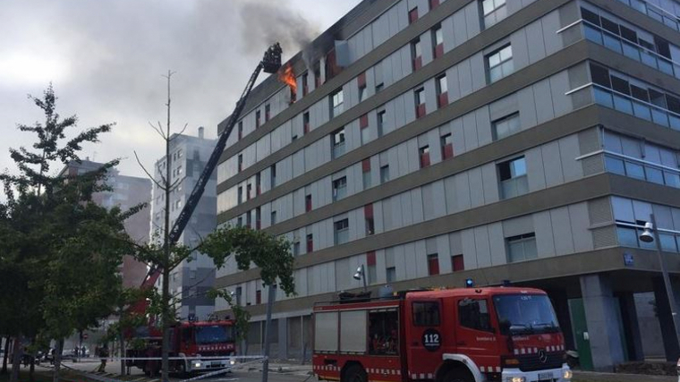 L'incendi ha cremat completament un pis de la 6a planta