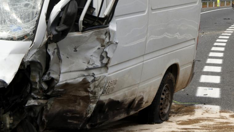 Pla tancat de la furgoneta implicada en l'accident de l'N-340 al Perelló, amb el vehicle on viatjava la víctima mortal al fons