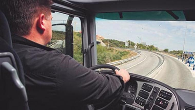 Transportista conduint amb un camió