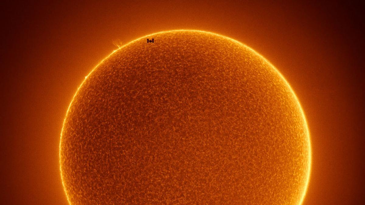 Brutal fotografia del pas de l'EEI davant el Sol