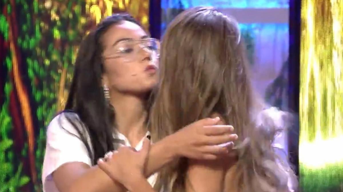 Dakota y Violeta se dieron un par de besos