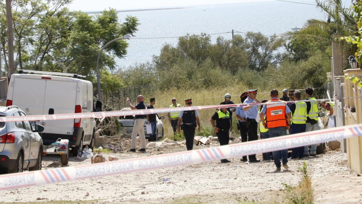 Efectius dels Mossos i dels cossos d'emergència treballant a l'exterior de la casa d'Alcanar.