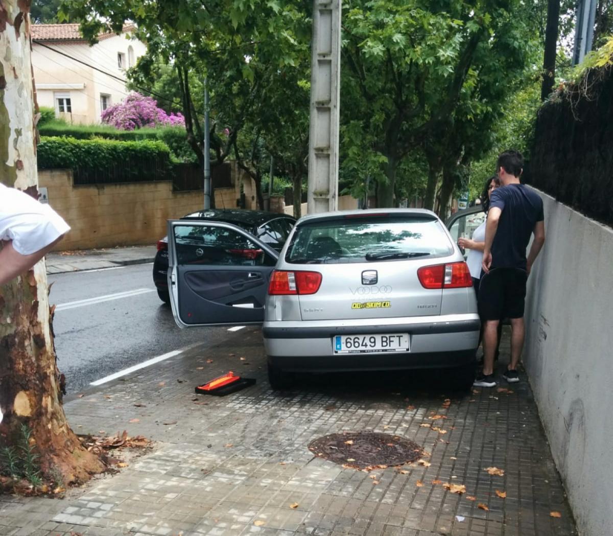 El cotxe va sortir de la calçada i va anar a parar contra una torre de la llum