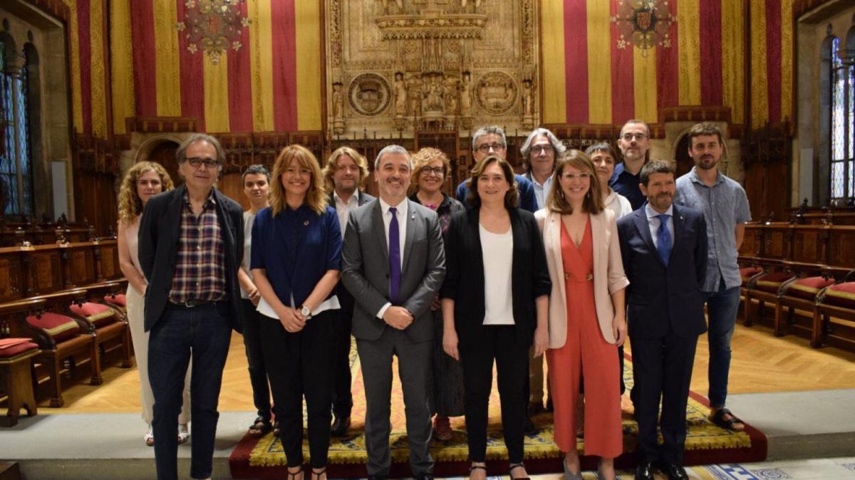 Els regidors del nou govern de l'Ajuntament de Barcelona