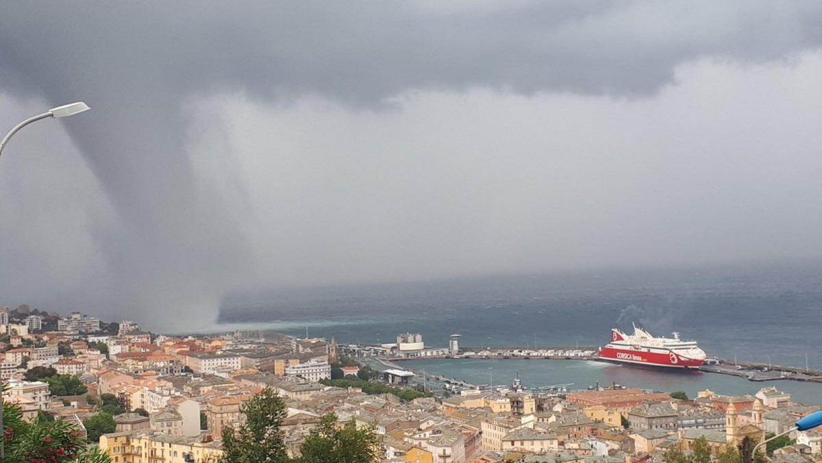 Imatge de l'espectacular tromba marina apropant-se al port de Bastia