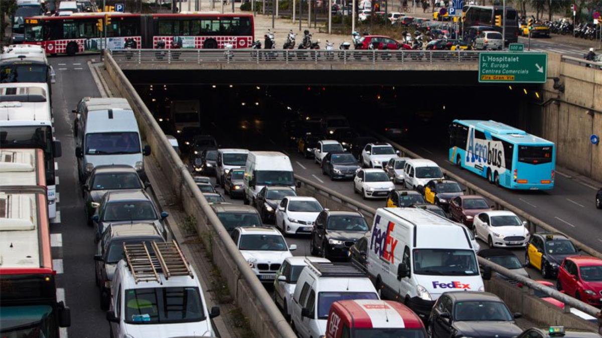 Imatge d'un gran embús de cotxes a les rondes de Barcelona