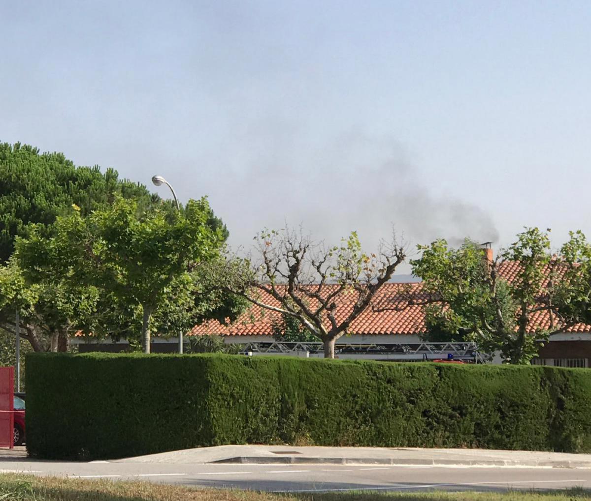 Incendi, encara actiu, aquest matí a l'escola La Vall