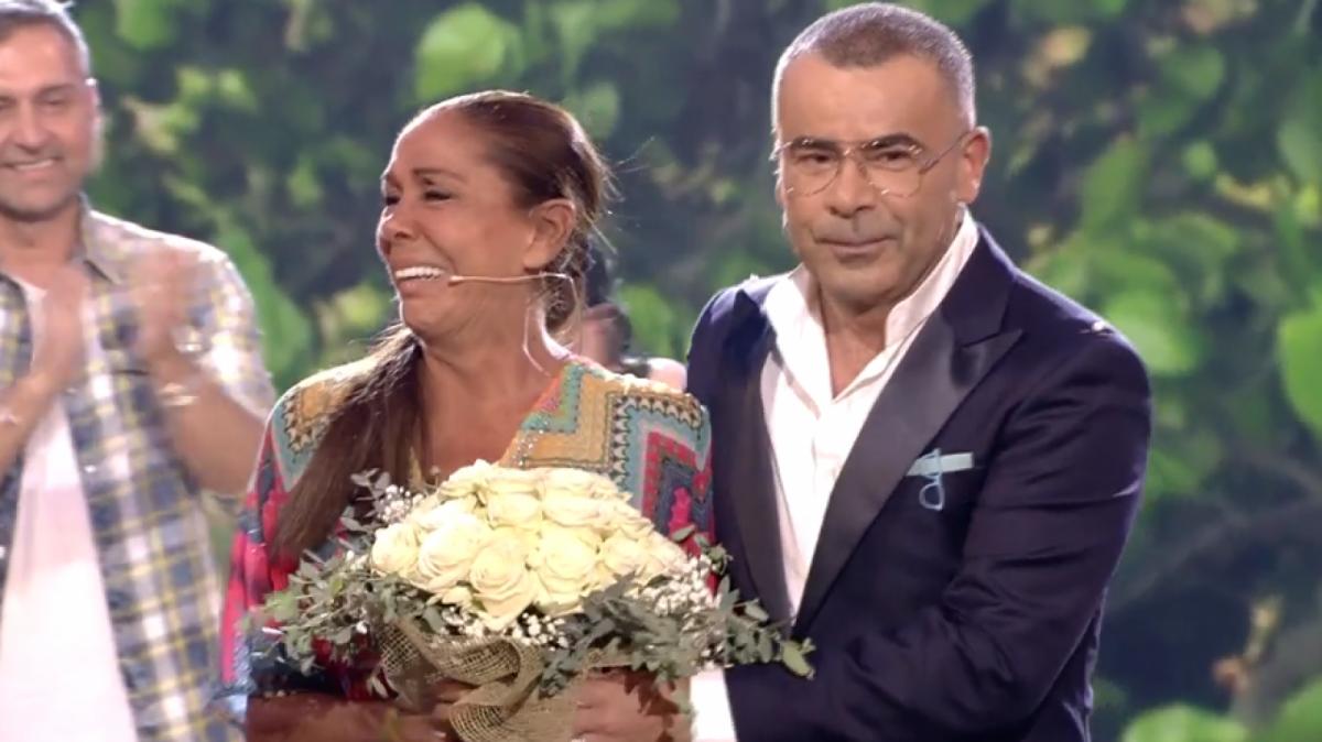 Jorge Javier le hizo entrega de un ramo de flores