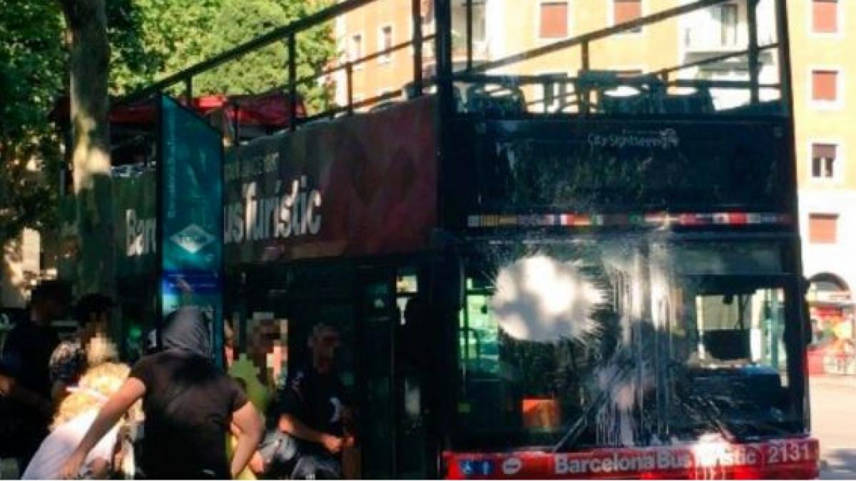 L'autobús, que ja va patir un atac similar el 2017, no va poder continuar la seva ruta prevista