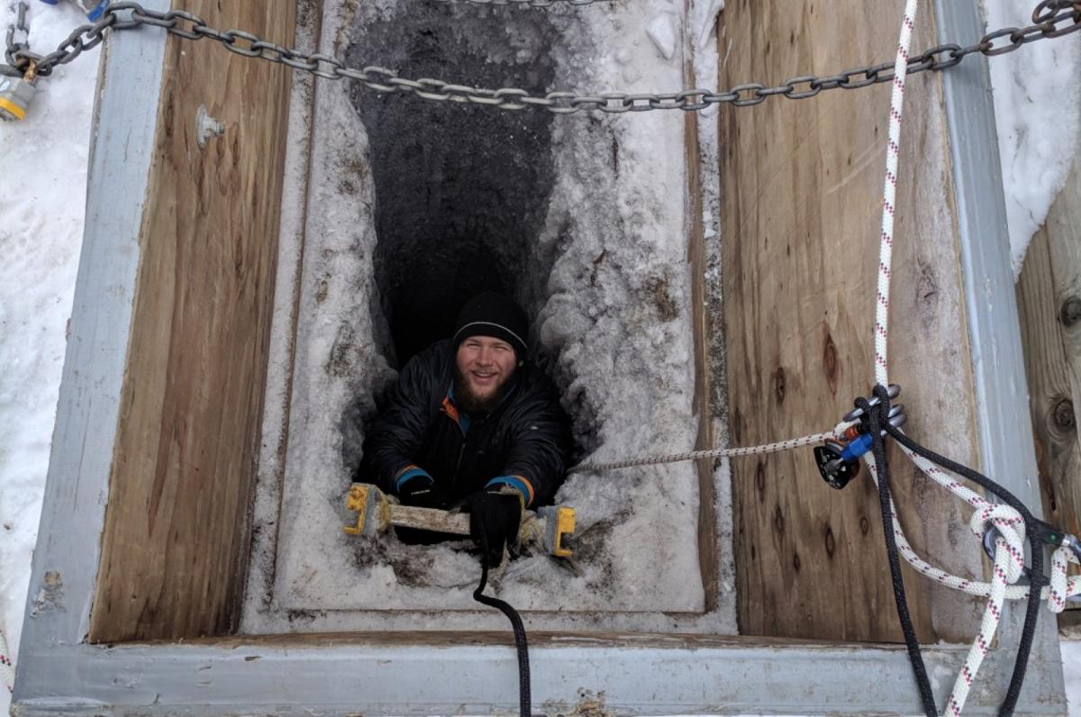 Un dels científics entrant al pou per on s'accedeix al túnel