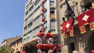 4de8 amb el pilar de la Colla Joves Xiquets de Valls a la festa major de Terrassa