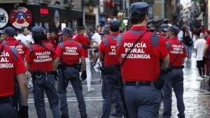 Agentes de la Policía Foral, pasean por la calles de Pamplona antes de un encierro
