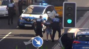 Agentes de la Policía Local de Las Palmas deteniendo al joven