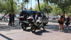 Agents policials al Passeig Joan de Borbó de Barcelona per evitar la presència de manters