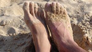 como quitar la arena pegajosa