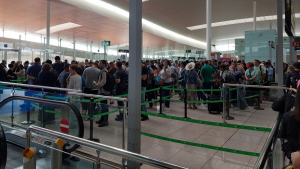 Cues als controls dels passatgers de l'aeroport del Prat
