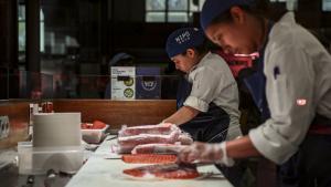 Cuiners del Nipó filetejant peix blau