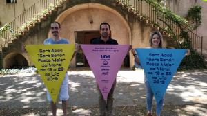 De dreta a esquerra, David Ayza, tècnic de l'Ajuntament; Eloi Calbet, alcalde; i Maria Jesús Vallverdú, regidora de Cultura i Festes, presentant el cartell.