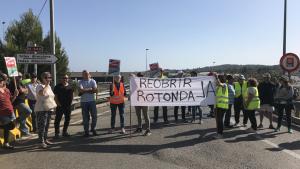 Desenes de manifestants tallen el trànsit a la rotonda de Torredembarra