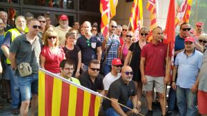 Desenes de persones han donat suport aquest dimecres al matí als integrants del Comitè d'Empresa de Bic Iberia sancionat per la Direcció.