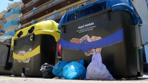 Diverses bosses de la brossa llençades fora de dos contenidors de Calafell