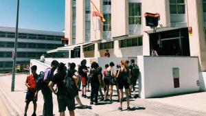 Diverses persones han protestat davant la comissaria de Tarragona aquest dijous
