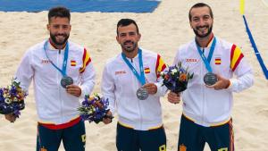 Edu Suárez, Adri Frutos i Llorenç Gómez, amb la medalla que es van endur de Minsk.