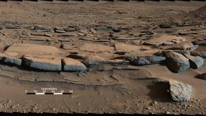 El barro solidificado se ha fracturado provocando rocas de arcilla y notables grietas, pruebas que había agua hace mucho tiempo