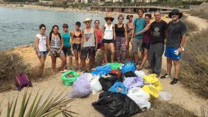 El col·lectiu 'Al Camp Residu Zero' amb les deixalles de la neteja